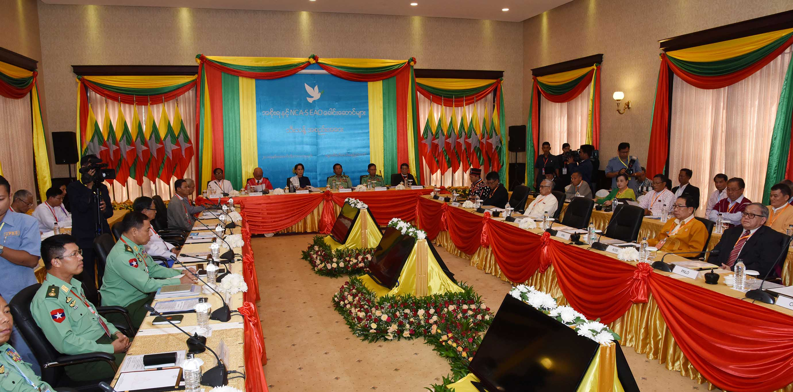 State Counsellor Daw Aung San Suu Kyi, Senior General Min Aung Hlaing and leaders from Nationwide Ceasefire Agreement Signatory Ethnic Armed Organizations attend a special meeting between the Union Government and NCA Signatory EAOs in Nay Pyi Taw yesterday.Photo: MNA