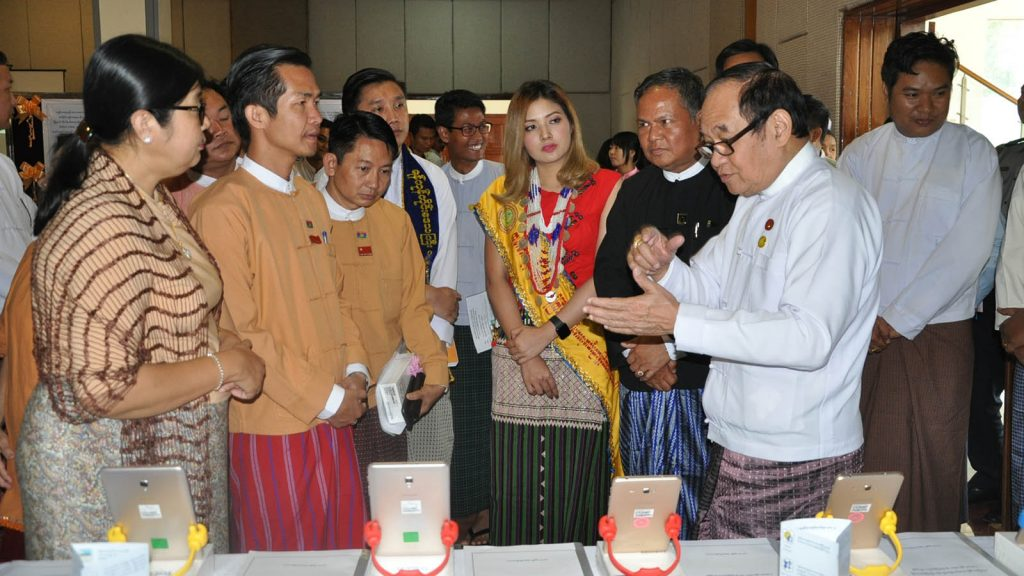 Union Minister Dr. Myint Htwe discusses the medical mobile tablets with officials in Loikaw's state hall in Kayah State yesterday.Photo: MNA
