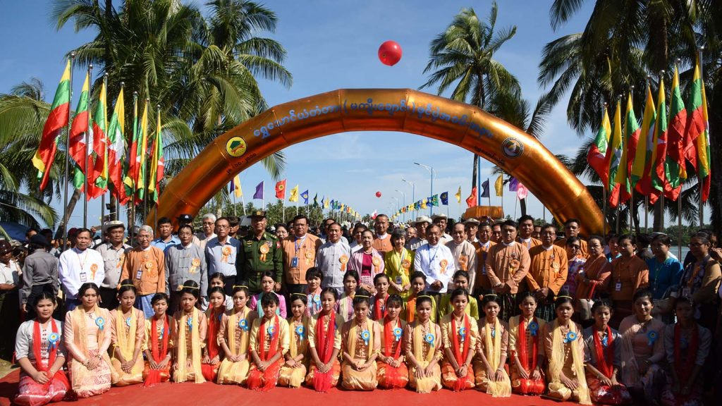 President U Win Myint and wife Daw Cho Cho, Union Ministers and dignitaries have the documentary photo taken together with attendees at the opening ceremony of the Shwethaungyan Bridge in Shwethaungyan.  Photo: MNA
