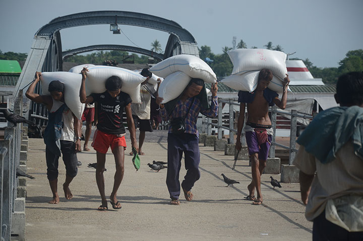 DSC 4004 Workers unloading sacks of rice from a ship in Yangon. Photo Phoe Khwar copy