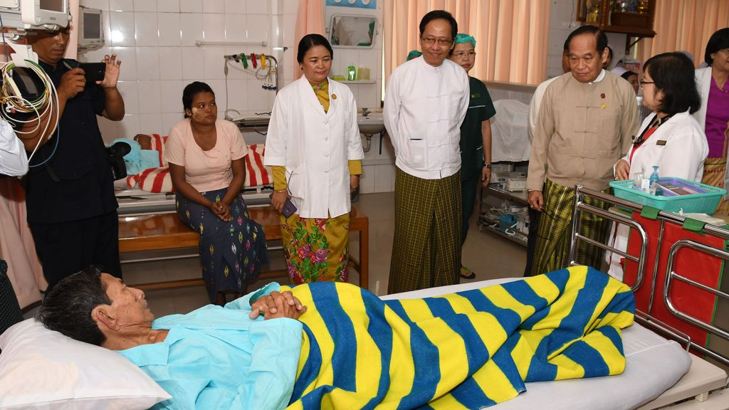 Union Minister Dr. Myint Htwe encourages a patient seeking treatment at the cardiac intensive care unit in the 1000-bed General Hospital in Nay Pyi Taw yesterday.Photo: MNA