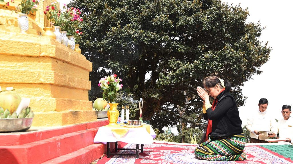 State Counsellor Daw Aung San Suu Kyi pays homage to the Zina Mann Aung Pagoda on the Natma Taung. Photo: MNA
