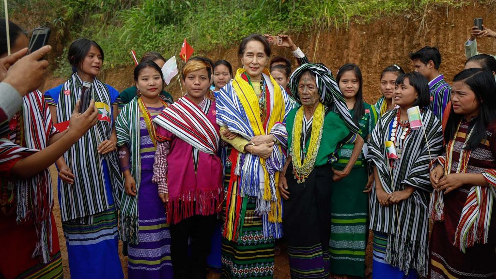 State Counsellor Daw Aung San Suu Kyi poses for a photo together with Chin ethnic people in Kanpetlet Town, Chin State yesterday. Photo: Ko Tha Byaw