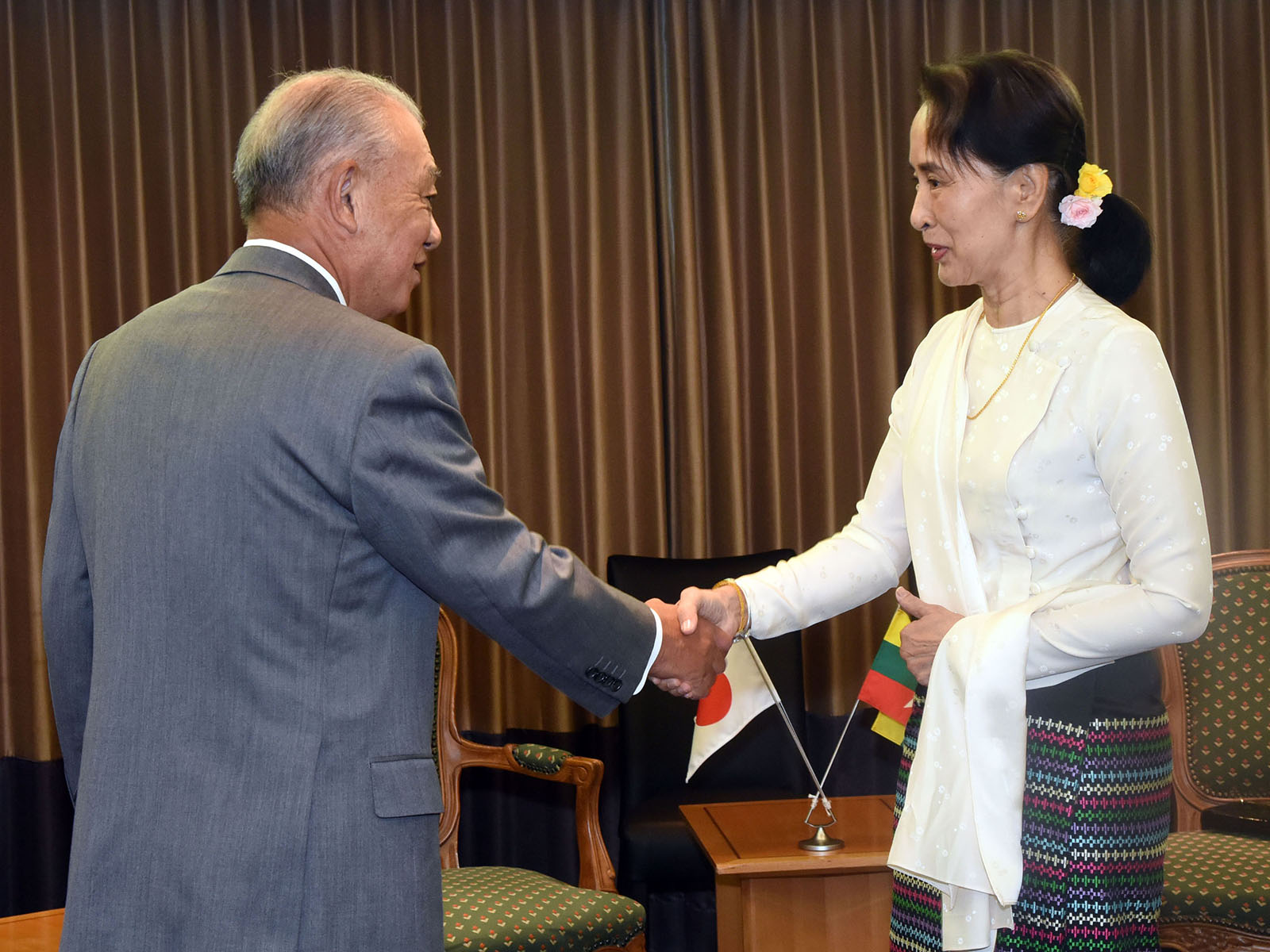State Counsellor Daw Aung San Suu Kyi shakes hands with Mr. Yohei Sasakawa, the Special Envoy of the Japanese Government for National Reconciliation in Myanmar.Photo: MNA
