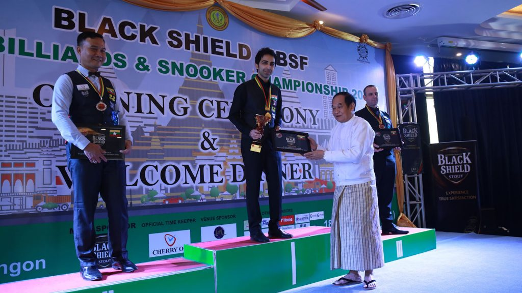 Union Minister Dr. Myint Htwe presenting an award to India'sAdvani who becomes the champion of the 2018 IBSF World Billiards and World Snooker Championship. PHOTO: MNA