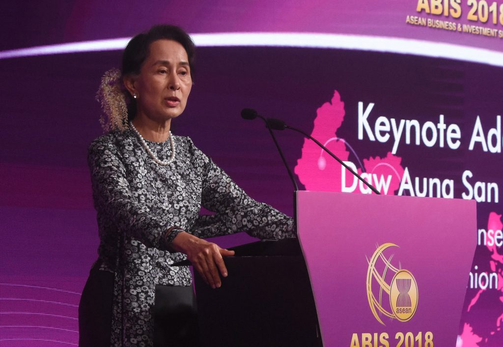 State Counsellor Daw Aung San Suu Kyi delivers the keynote speech at the ASEAN Business and Investment Summit-2018 in Singapore yesterday. Phtoto: MNA