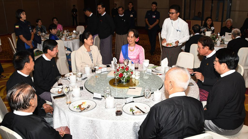 State Counsellor Daw Aung San Suu Kyi greets Myanmar Press Council members and attendees at the dinner hosted in honor of Myanmar Press Council members in Nay Pyi Taw yesterday.Photo: MNA