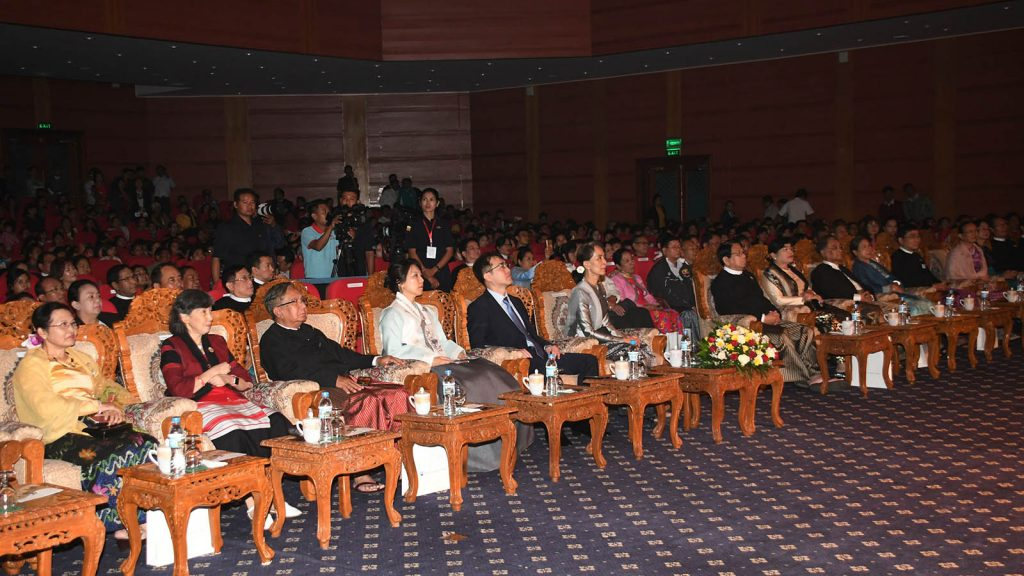 """State Counsellor Daw Aung San Suu Kyi, Union ministers  and their wives, and the Ambassador of the Republic of Korea and wife enjoy the Korean traditional performance titled """"K-Wind Soul Beat"""" at the MICC-II in Nay Pyi Taw yesterday.Photo: MNA"""