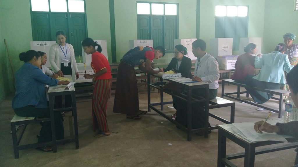 Voters fill in  forms to draw their ballots. Photo: IPRD