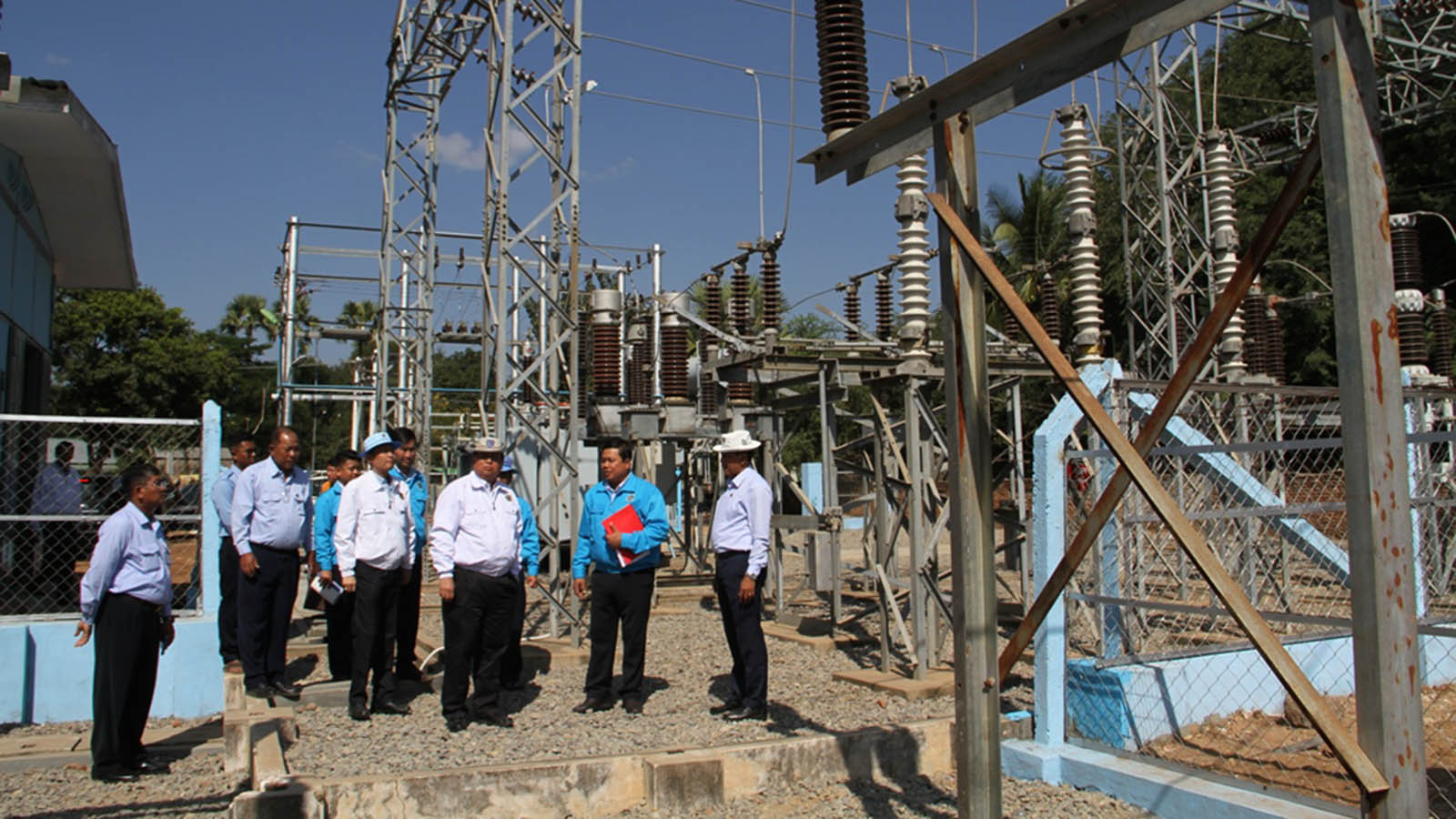 Union Minister U Win Khaing and party inspect the 66kVA Pannaetaw sub-power station in Kyaukpadaung.  Photo: MNA