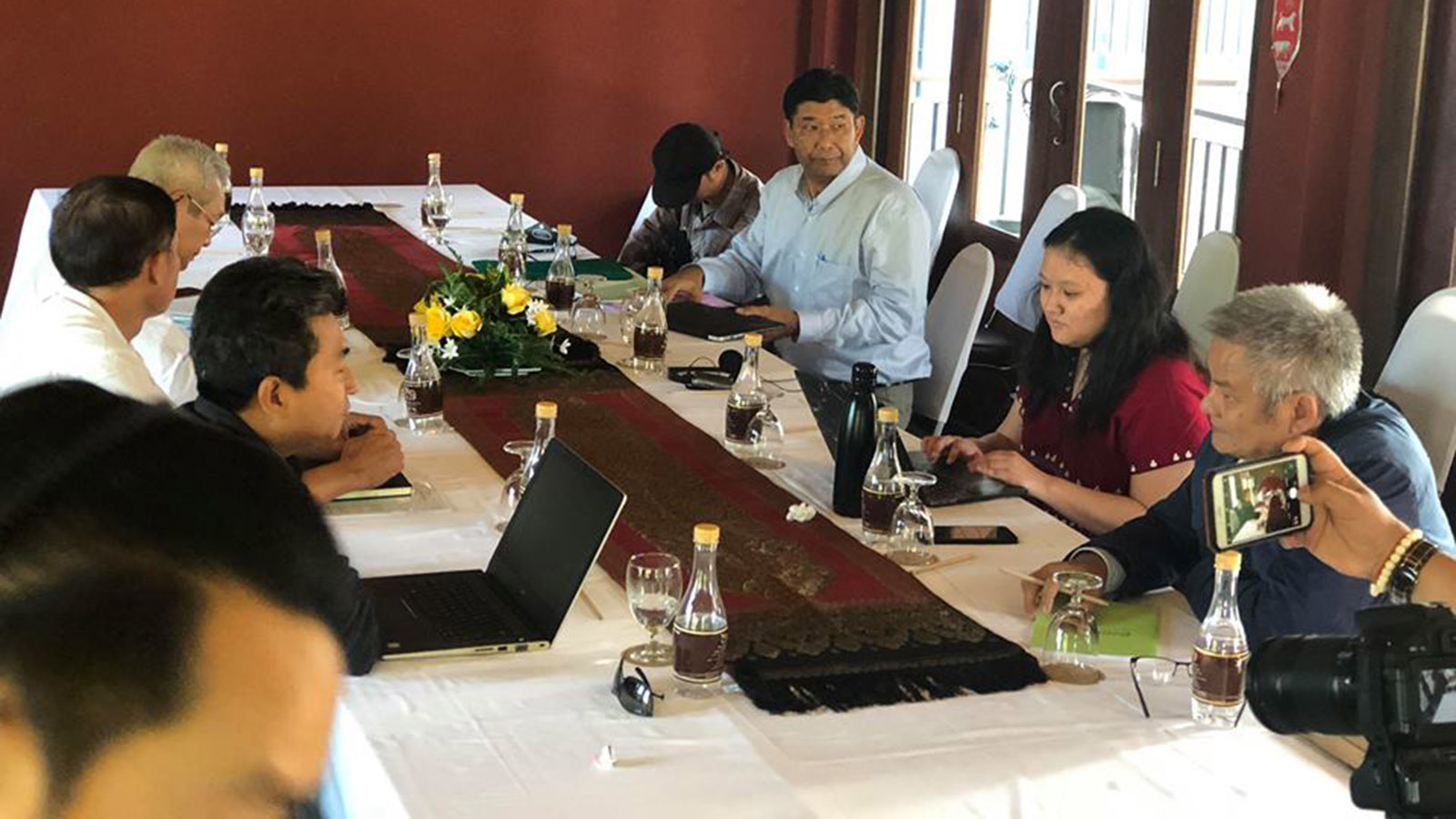 Informal meeting between the Peace Commission and the Karen National Union on 17 November.PHOTO: EPRN