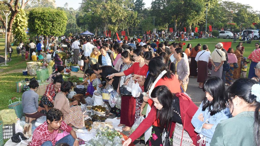 Thandwe District Association of Yangon holds  its annual gathering in  U Ottama Park in Bahan Township, Yangon yesterday. Photo: MNA