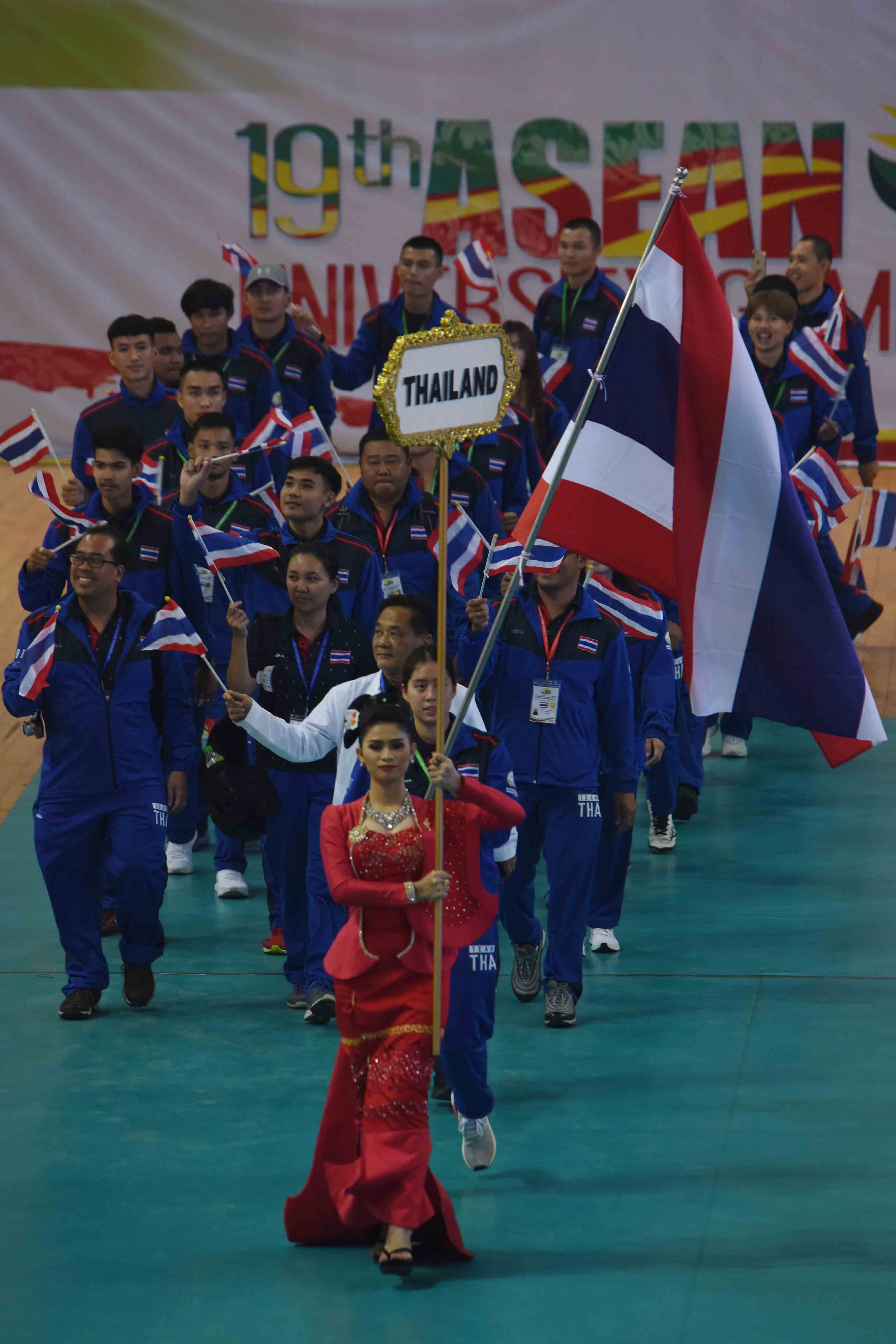 The sports team from Thailand enters Wunna Theikdi Sport Complex Indoor Stadium at the 19th ASEAN University Games.photo: mna