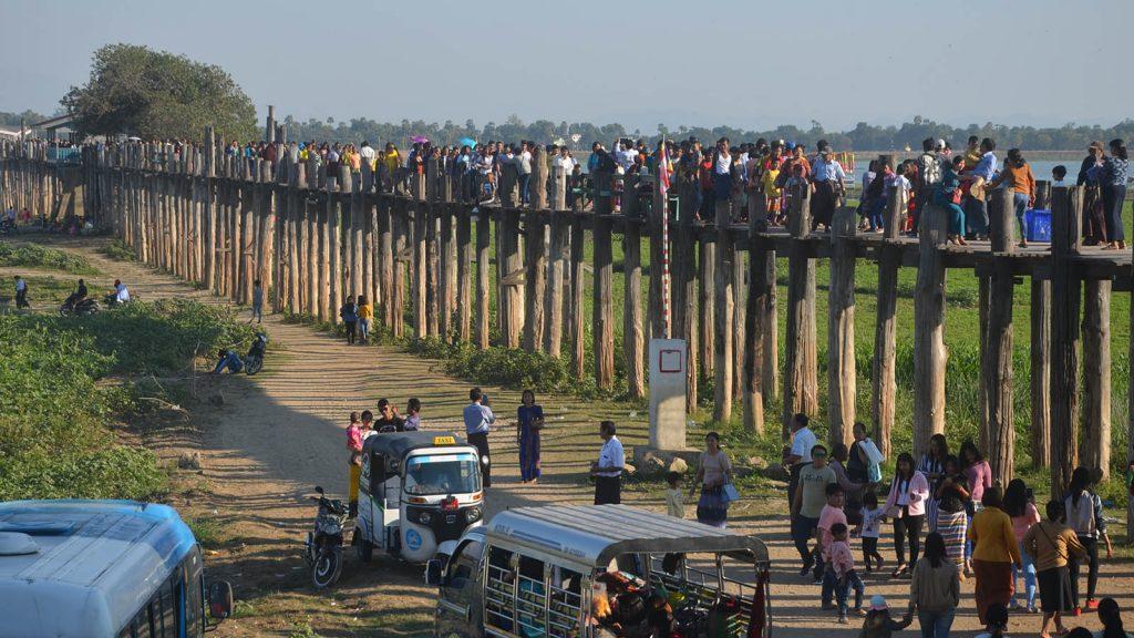 Crowded visitors seen at U Bein Bridge in Amarapura,Mandalay.PHOTO: Min htet aung (mandalay sub-printing house)