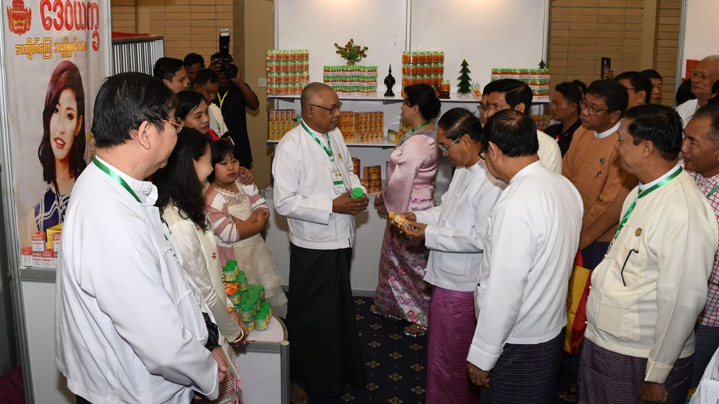 Vice President U Myint Swe visits booths of traditional medicine at 19th Conference of Myanmar Traditional Medicine Practitioners in Nay Pyi Taw. Photo: MNA