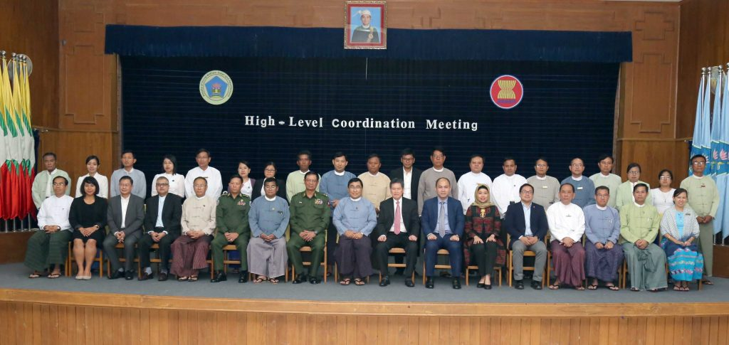 Union Minister Dr. Win Myat Aye and ASEAN Secretary-General Mr. Lim Jock Hoi, center, pose for a documentary photo with attendees of a high-level meeting on ASEAN cooperation.photo: mna