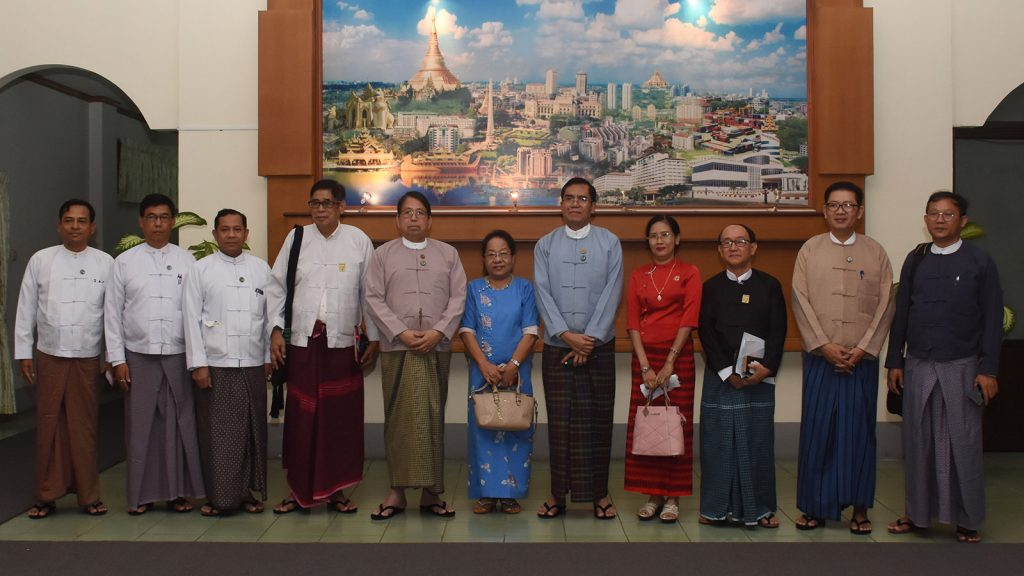 Union Minister Dr. Pe Myint poses for a documentary photo with members of the Myanmar Writers Club in Nay Pyi Taw yesterday.Photo: MNA