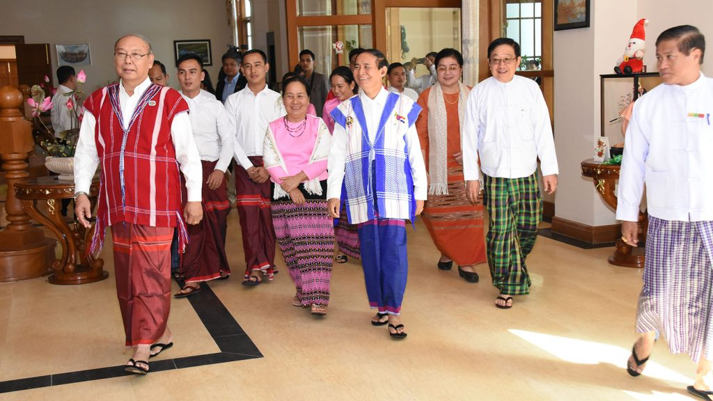President U Win Myint and Pyithu Hluttaw Speaker U T Khun Myat are welcomed by Amyotha Hluttaw Speaker Mahn Win Khaing Than and family at his residence in Nay Pyi Taw yesterday.Photo: MNA