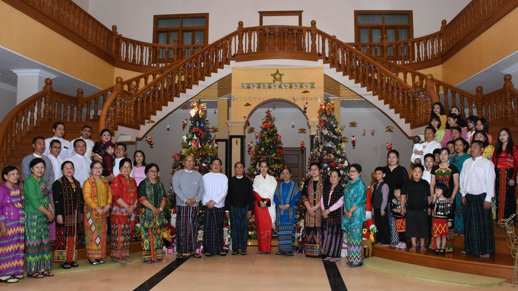 President U Win Myint, First Lady and State Counsellor Daw Aung San Suu Kyi take a documetary group photo with Pyithu Hluttaw Speaker U T Khun Myat, his wife and family and guests.Photo: MNA