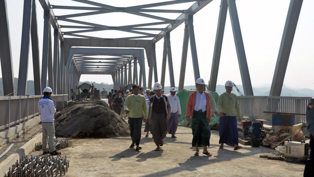 Rakhine State Chief Minister U Nyi Pu and party inspect the Kyatsin bridge yesterday.Photo: MNA