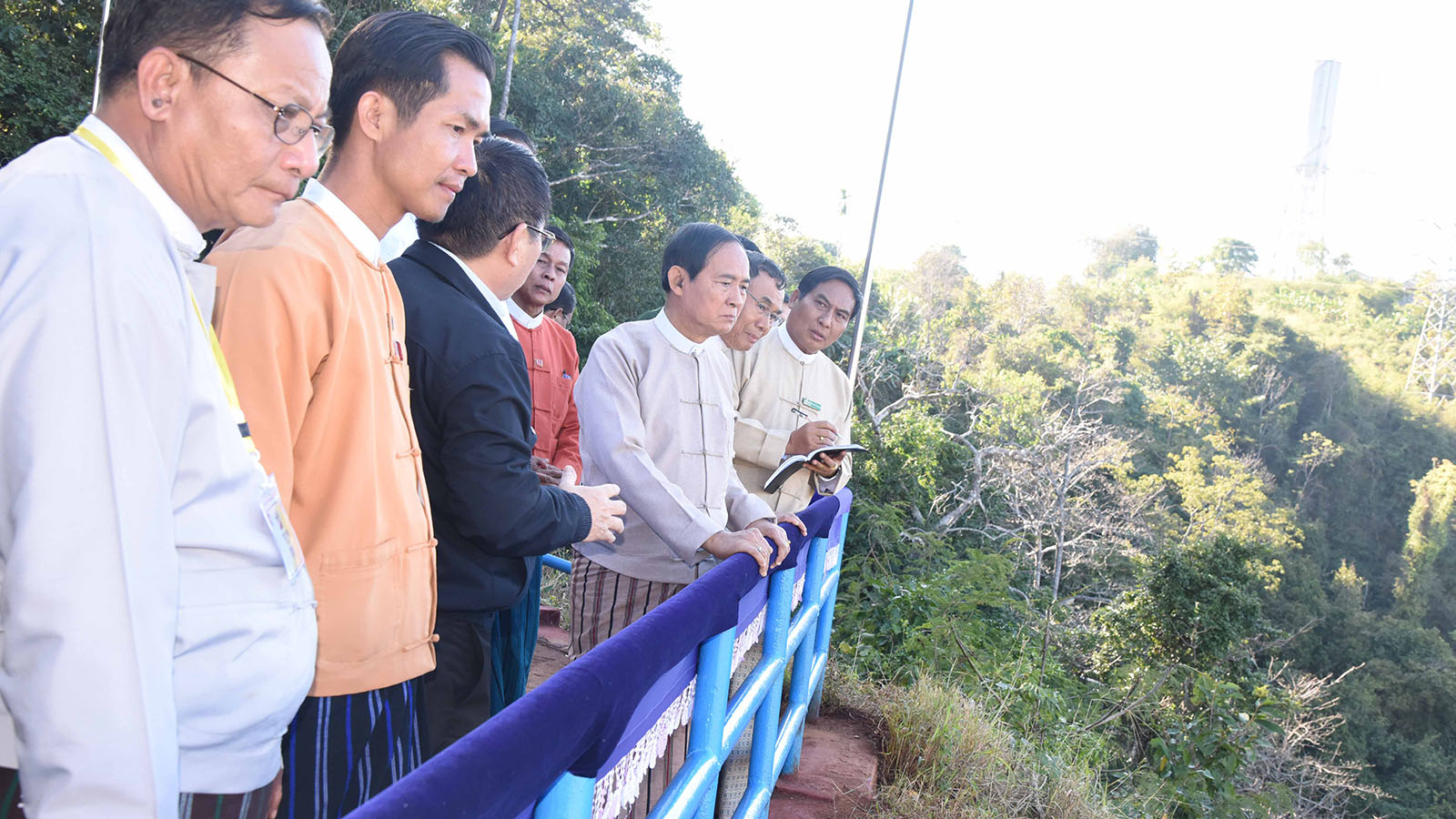 President U Win Myint and his entourage observe the Baluchaung hydro power plants from the view point in Loikaw, Kayah State yesterday.Photo: MNA/ Ko Tha Byaw