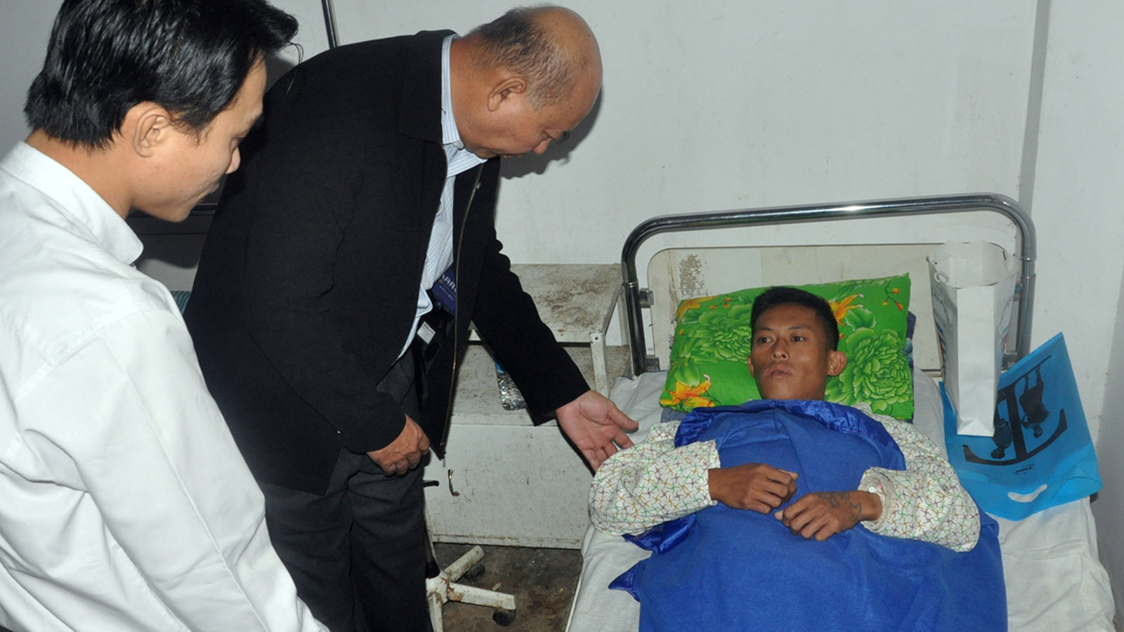 Deputy Minister U Khin Maung Tin consoles the wounded police personnel in Maungtaw People's Hospital.photo: mna