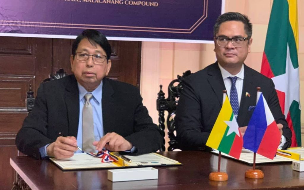 Union Minister Dr. Pe Myint and Philippines PCOO Secretary Jose Ruperto Martin M. Andanar sign the memorandum of understanding (MoU) on information sector cooperation.Photo: MNA