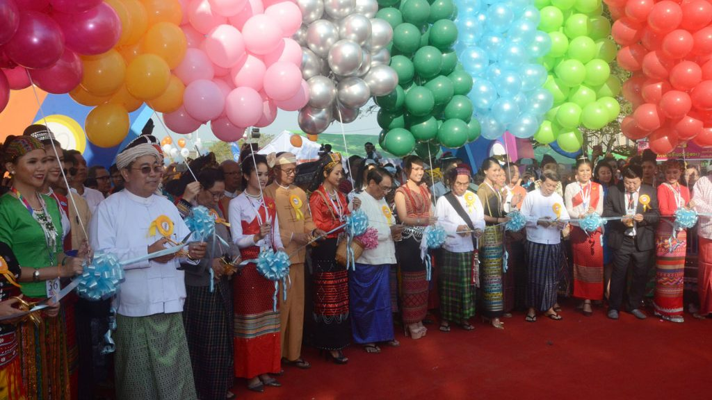 Union Minister Nai Thet Lwin and officials cut ribbons to open Myanmar Ethnics Culture Fest. photo: mna