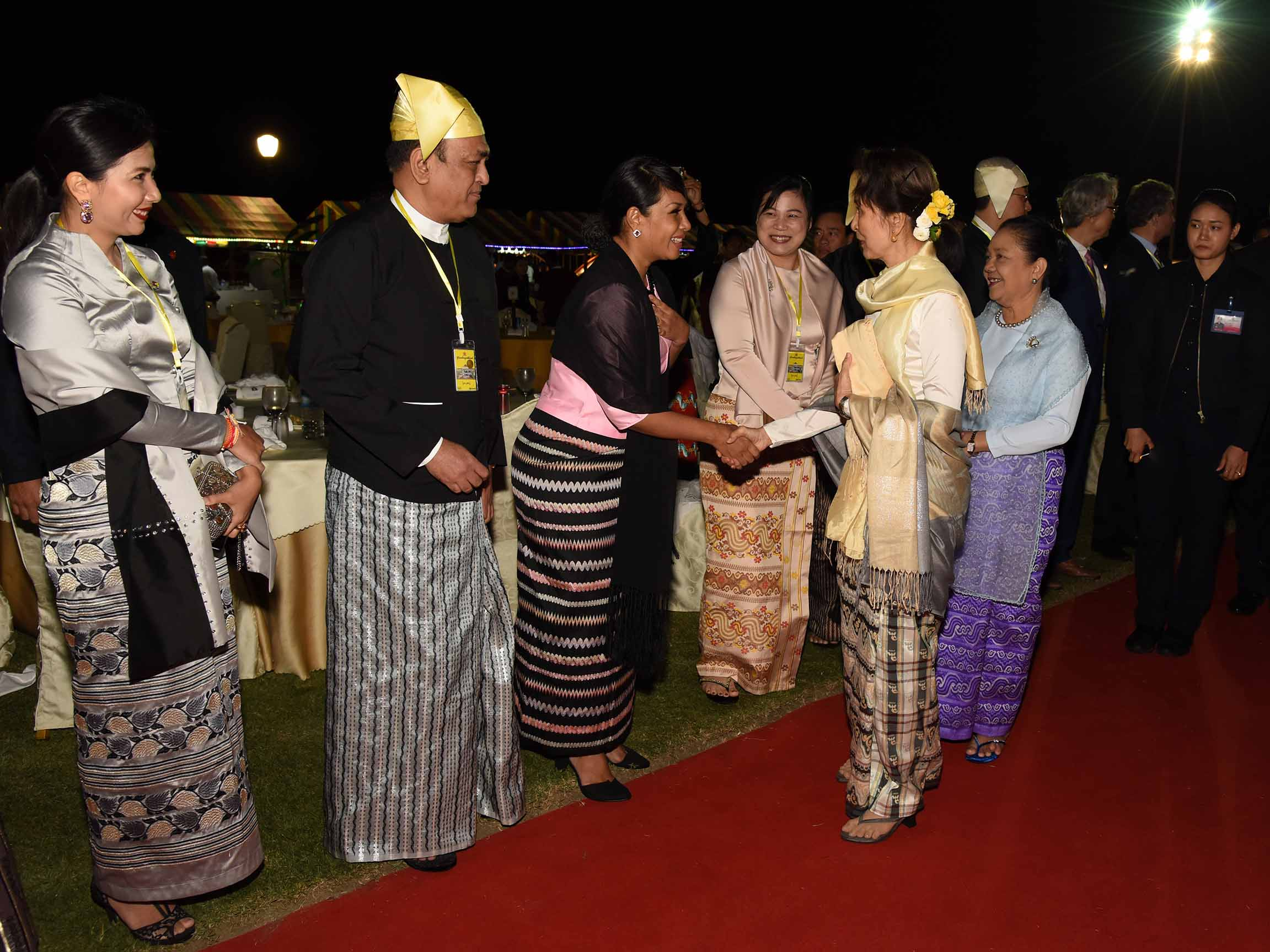 State Counsellor Daw Aung San Suu Kyi greets attendees at the dinner commemorating 71st Anniversary Independence Day in Nay Pyi Taw.Photo: MNA