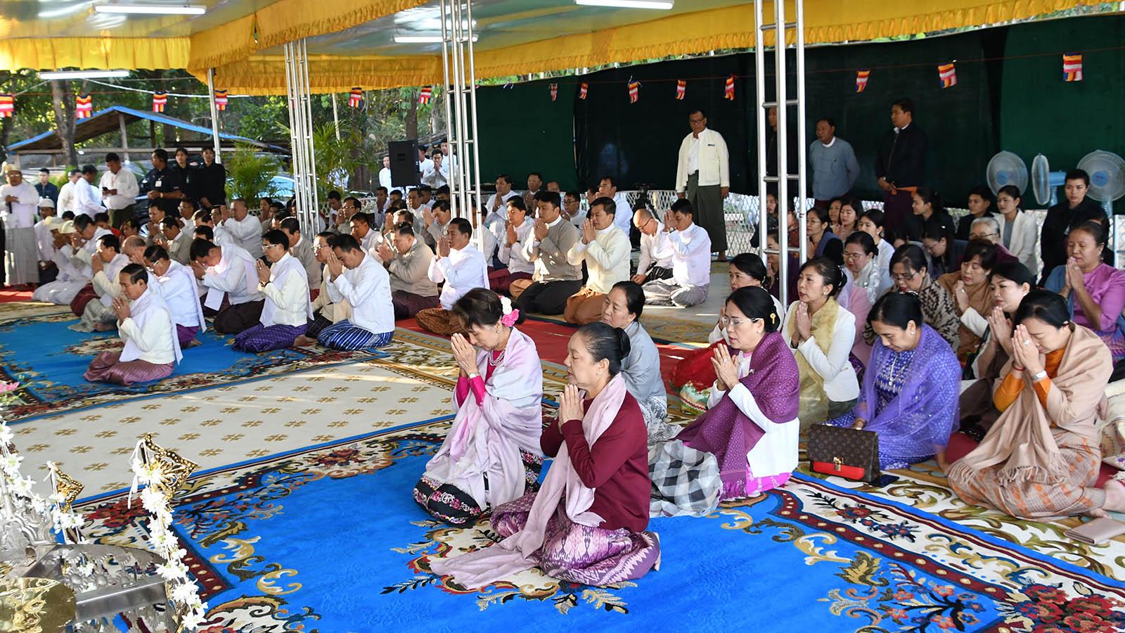 A congregation led by President U Win Myint, First Lady Daw Cho Cho and State Counsellor Daw Aung San Suu Kyi receive the Nine Precepts from Sayadaw Agga Maha Saddhamma Jotikadaja Bhaddanta Vimala Bhuddi of Pyinmana Mingalar Zeyone Pali Takkatho monastery yesterday.Photo: MNA