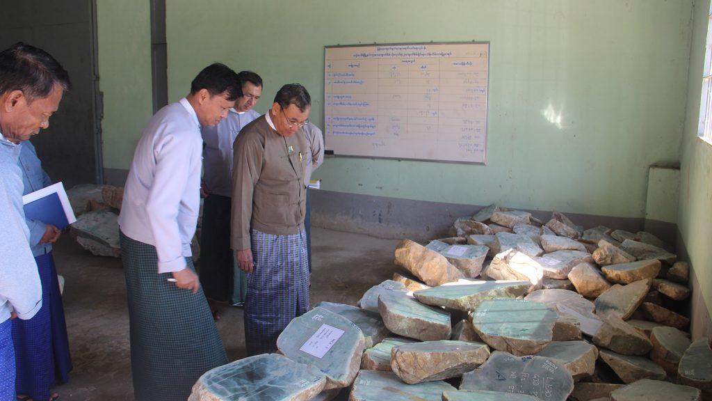 Union Minister U Ohn Win inspects the storage of jade lots in Dekkhinathiri Township, Nay Pyi Taw. Photo: MNA