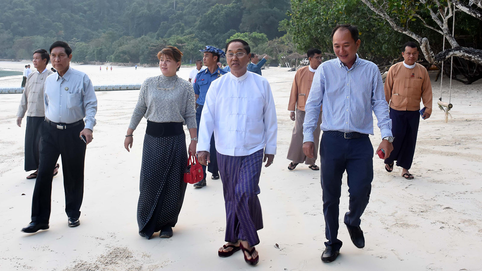 Vice President U Myint Swe and the delegation inspect cleanliness of a beach in Kawthoung District yesterday. Photo: MNA