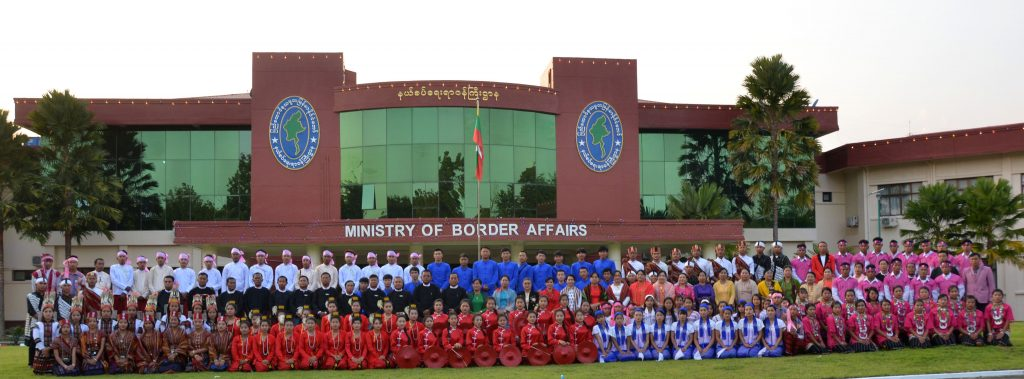Union Minister for Border Affairs Lt-Gen Ye Aung poses for the documentary photo together with ethnic excursion group in front of the Ministry of Border Affairs in Nay Pyi Taw yesterday.Photo: MNA