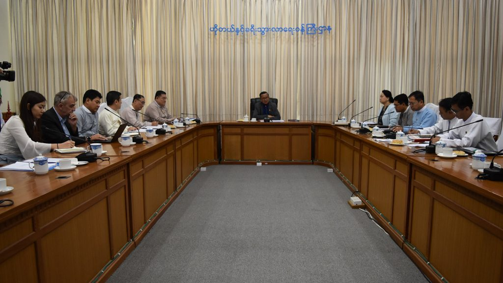 Union Minister U Ohn Maung receives Hong Kong Macau and Myanmar Chambers of Commerce and Industry Chairman Dr. Lin Khin Wan and party at the Ministry of Hotels and Tourism in Nay Pyi Taw yesterday. Photo: MNA