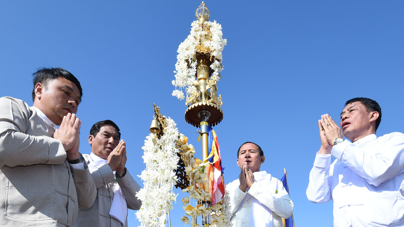 President U Win Myint and officials recite religious verses after the fixed the Diamond Bud atop Taungsuya 'Wa' Zedi yesterday.Photo: MNA