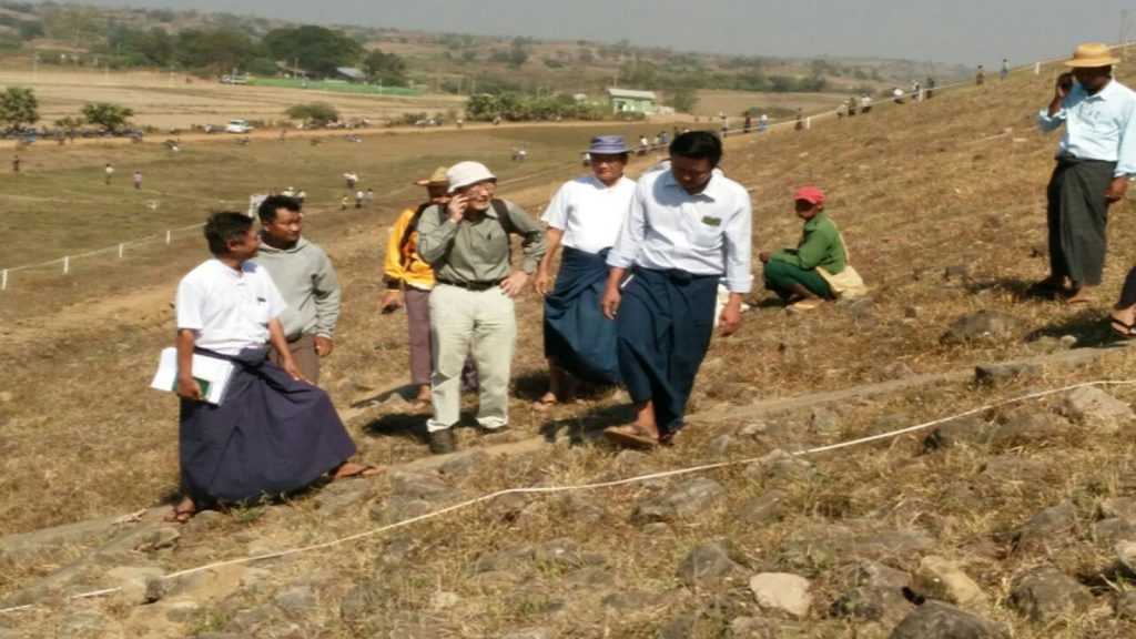 Local and foreign experts are inspecting a crack at the earthen embankment of the Taungnawin Dam in Paukkaung Township.Photo : Nay Lin (MNA)