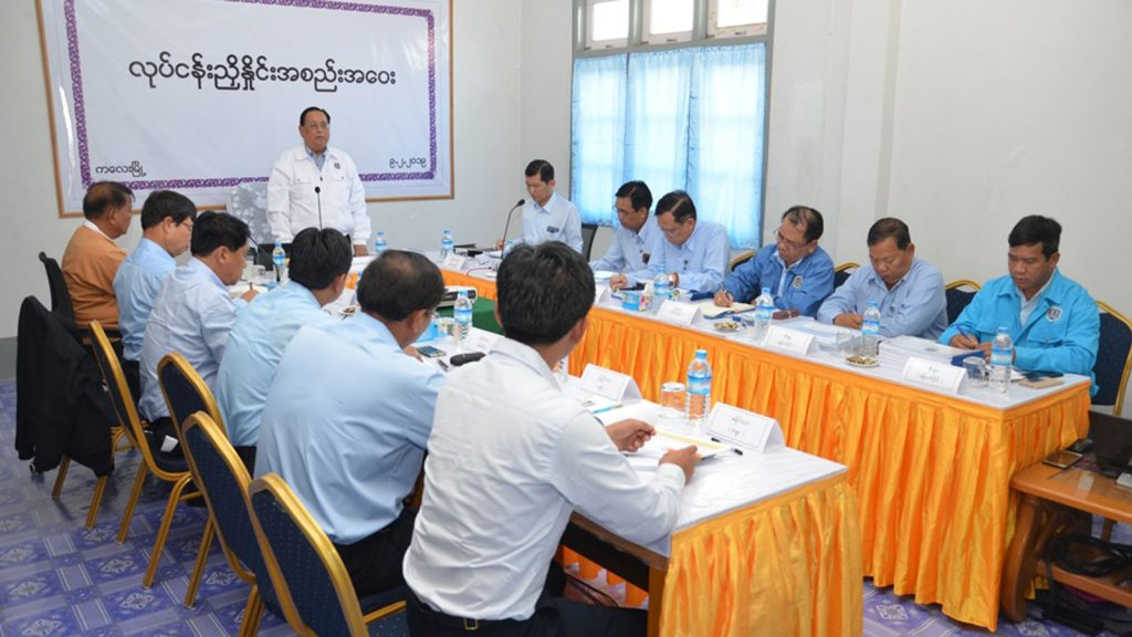 Union Minister U Win Khaing addresses the coordination meeting to increase electricity distribution in Sagaing Region and Chin State in Kalay yesterday.Photo: MNA