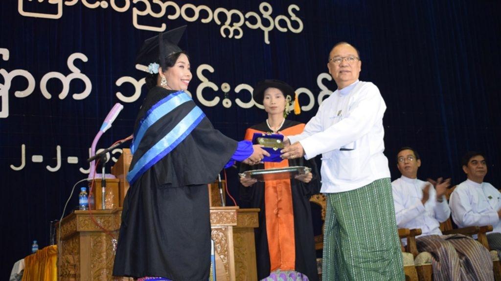 Union Minister U Thant Sin Maung presents Myanmar Shipyard Award gold medal to a Naval Architect graduate. Photo : MNA