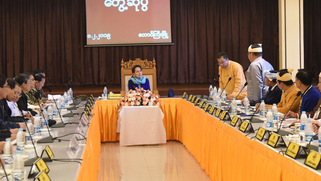 State Counsellor Daw Aung San Suu Kyi holds talks with Shan State cabinet in Taunggyi, Shan State, yesterday.Photo: MNA