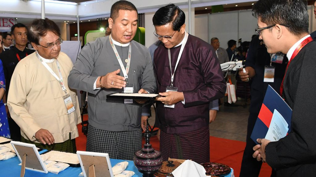 Vice President U Henry Van Thio observes varieties of samples of rice displayed at the Myanmar Rice Federation's Annual General Assembly and Annual Meeting at the Mandalay Convention Centre in Mandalay yesterday.Photo: MNA