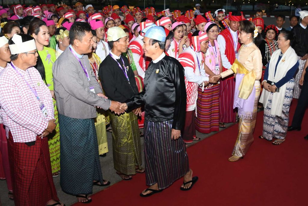 President U Win Myint, State Counsellor Daw Aung San Suu Kyi and first lady Daw Cho Cho greet attendees who attend the dinner in commemoration of 72nd Anniversary Union Day in Nay Pyi Taw.Photo: MNA
