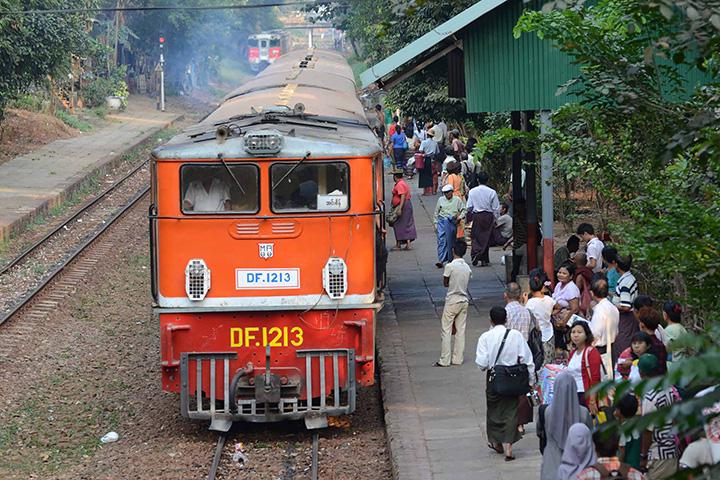 DSC 7113 Myanma Railways upgrading railway crossing bar. Photo Pho Khwa copy