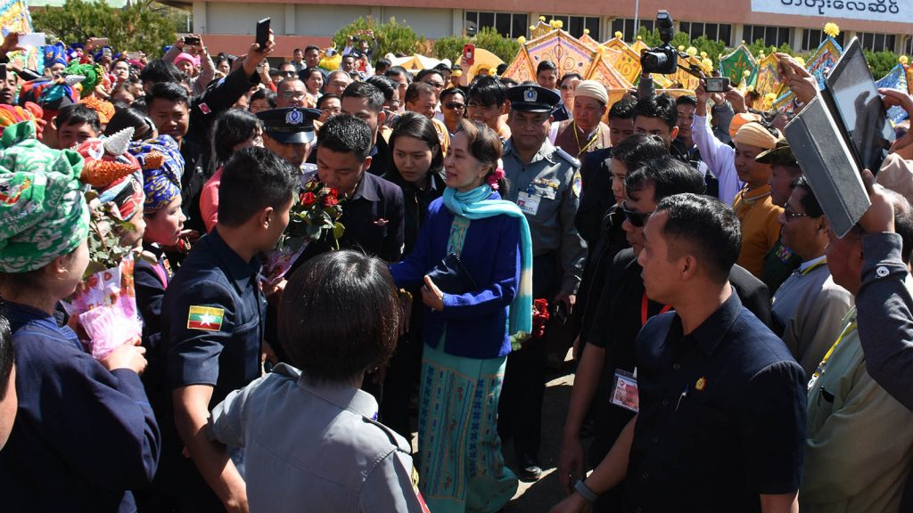 State Counsellor Daw Aung San Suu Kyi greets local people at Heho Airport in Taunggyi, Shan State, before leaving for Nay Pyi Taw yesterday. Photo: MNA