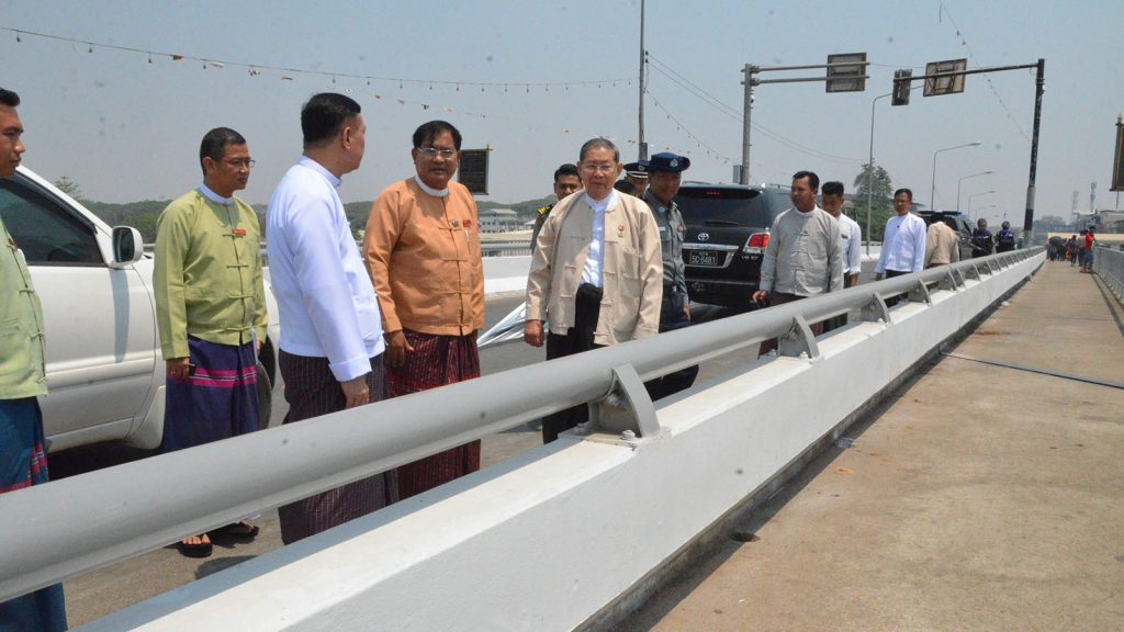 Union Minister U Soe Win inspects the border control facilities in Myawady yesterday. Photo: MNA