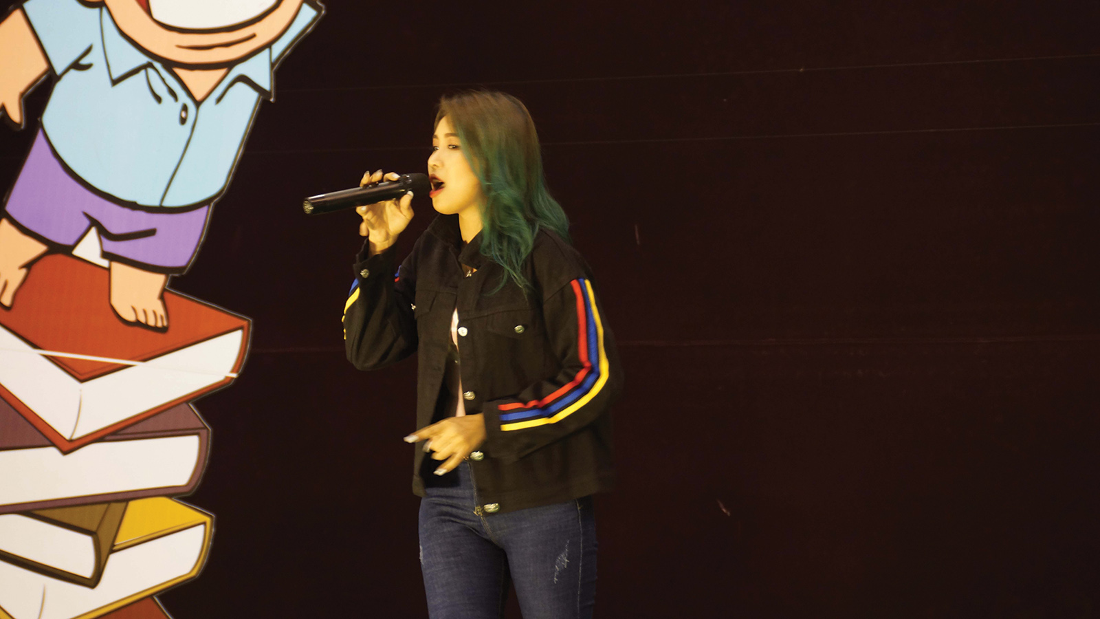 Singer Mi Sandi entertains with songs at the festvial.