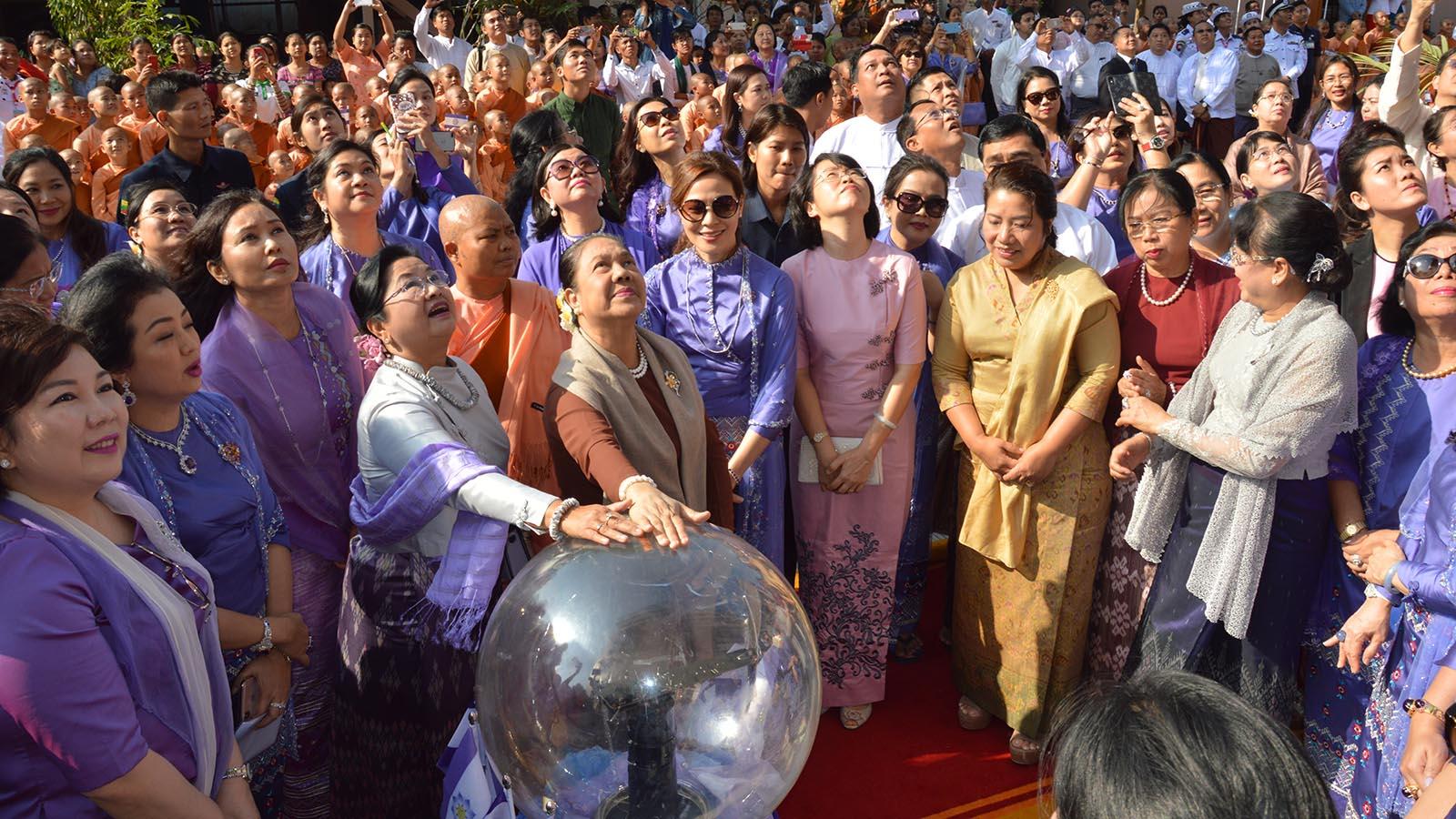 First Lady Daw Cho Cho (Right) and Daw Su Su Lwin, wife of President (Retd) U Htin Kyaw unveil the signboard of the Visakha Ponami Gonwei Nunnery in Lewe yesterday.Photo MNA