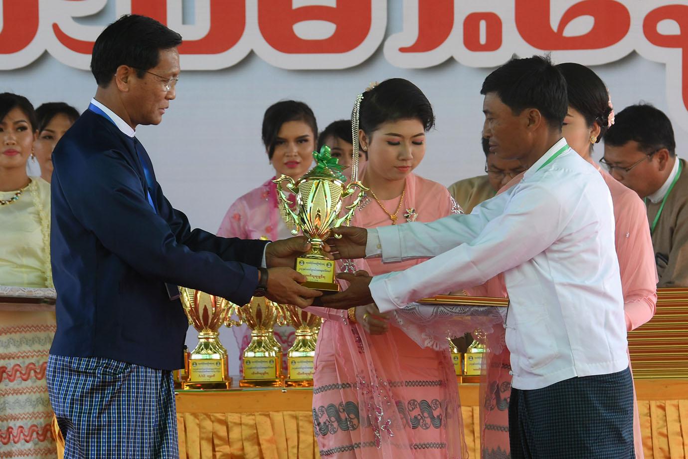 Vice President presents the award to outsanding farmer U Shwe Pwar.  Photo: MNA