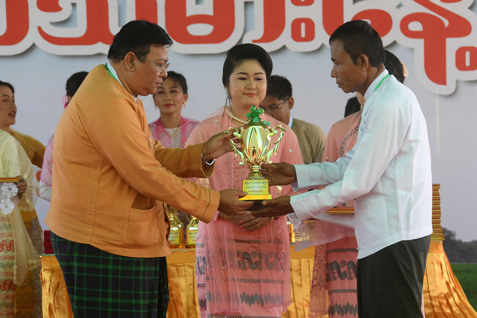 Chief Minister U Hla Moe Aung presents the award to an outstanding staff.  Photo : MNA