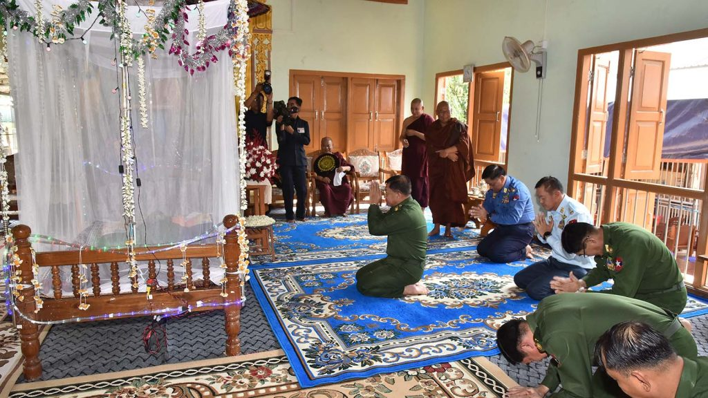 Senior General Min Aung Hlaing pays homage to remains of Gaing Htauk Sayadaw Bhaddanta Kawvida at Gaing Htauk monastery in Lewe Township yesterday. Photo: Office of the C-in-C of Defence Services