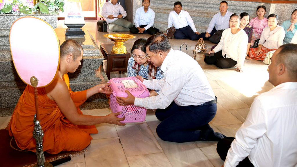 Senior General Min Aung Hlaing and wife Daw Kyu Kyu Hla donate offertories to  Abbot Sutti Sala May Tee at Wat Bodhisomphon Temple in Udon Thani Province, Thailand yesterday.Photo: Office of the C-IN-C of Defence Services
